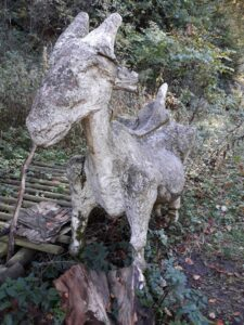 Steinstatue am Wanderweg Radau Wasserfall