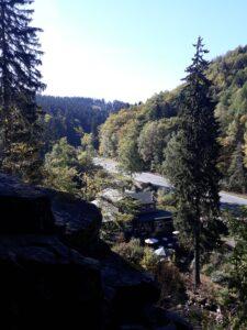 Blick von oberhalb des Radau Wasserfalls auf das Gasthaus
